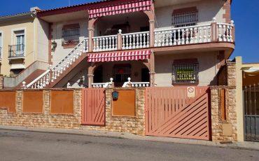 Chalet adosado con garaje en Almendralejo (0)